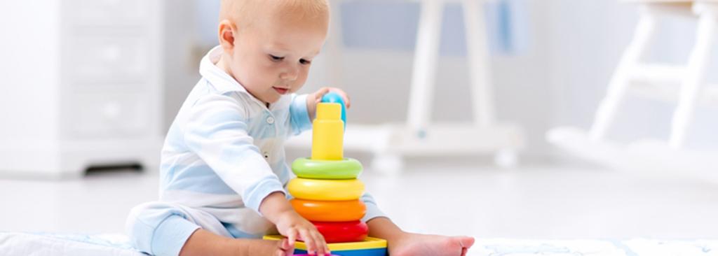 Bébé qui suit son développement en jouant