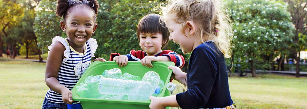 3 enfants dans une interaction sociale