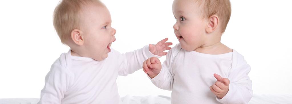 2 enfants qui parlent