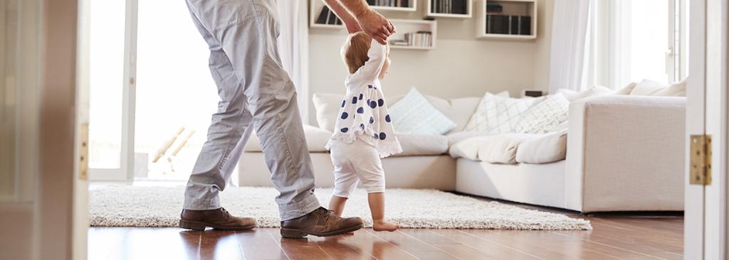 bébé qui apprend à marcher