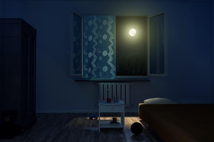 Fenêtre ouverte dans une chambre de bébé