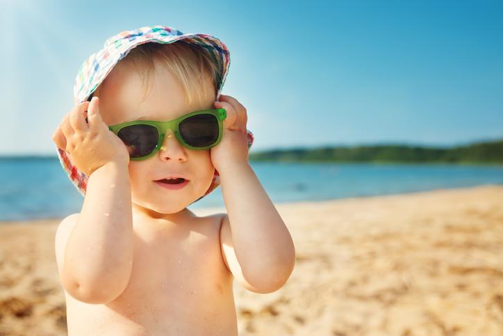Enfant qui met des lunettes de soleil