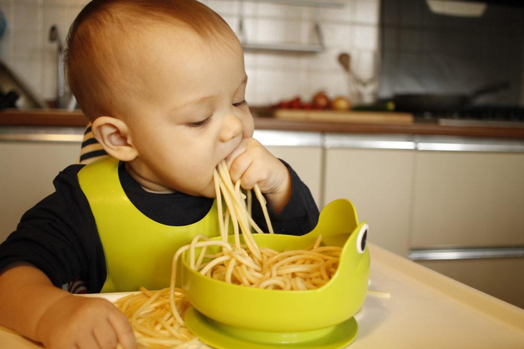 Bébé qui mange des pâtes
